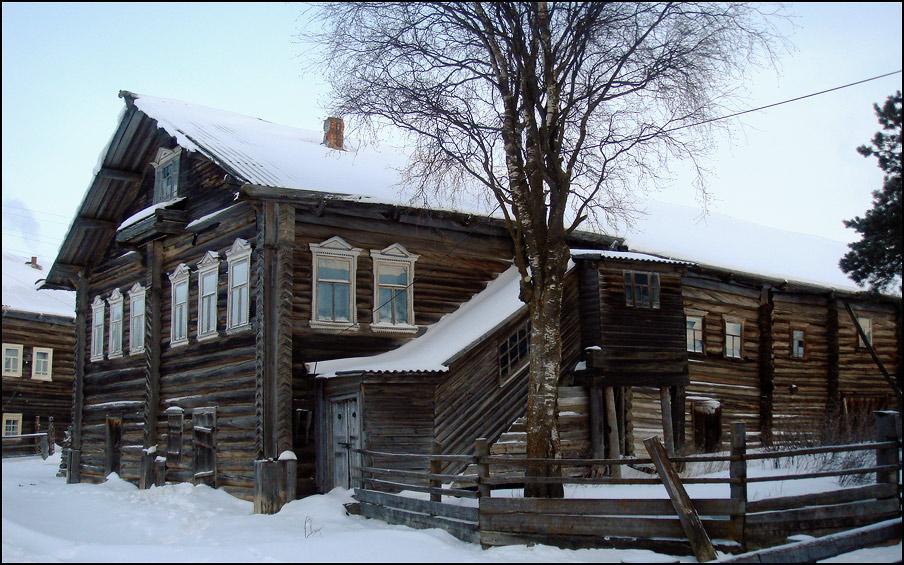 В большинстве деревень дома строились на подклетях, в которых располагались погреба и амбары, на втором этаже...